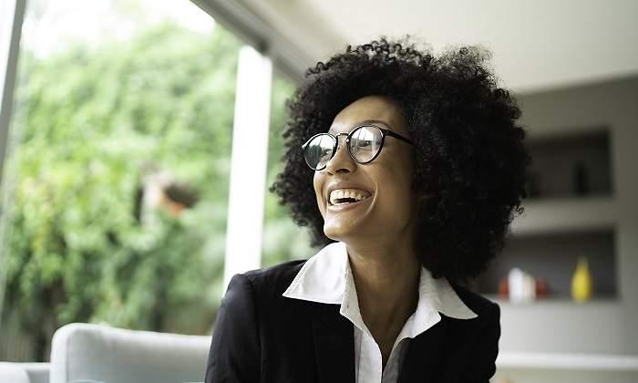 700x420_Una-mujer-con-el-pelo-rizo-sonriendo-iStock